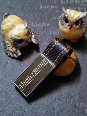 Schlüsselanhänger mit schwarzer Gravurfläche und Leder