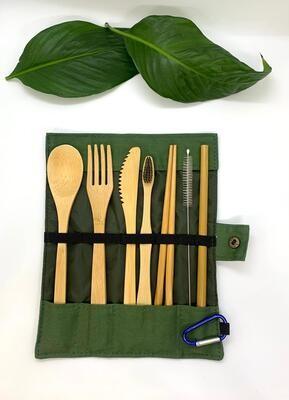 Un set de couverts de voyage en bambou