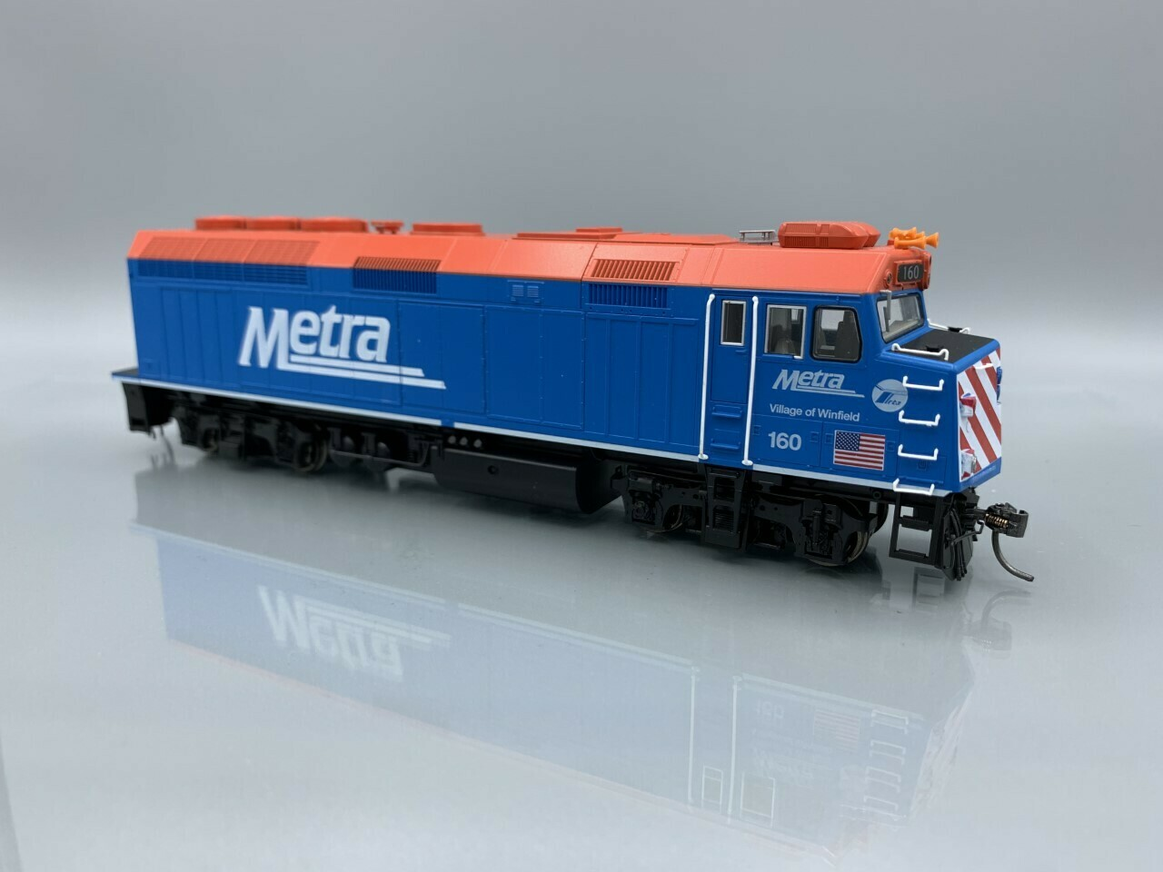"""Kato HO EMD F40PH Chicago METRA with Ditch Lights #160 """"Village of Winfield"""" DC"""