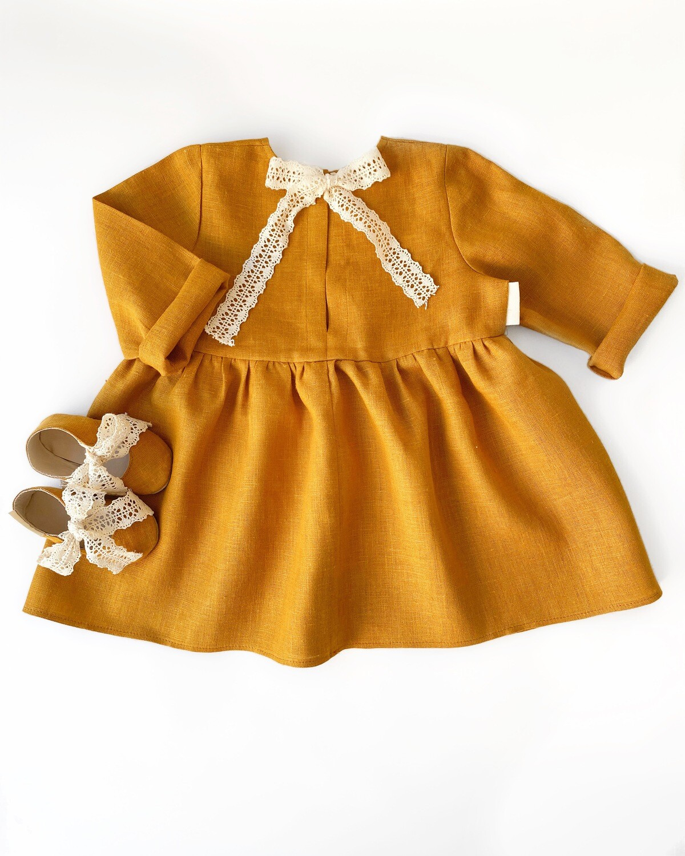Платье с лентой на спине горчичное