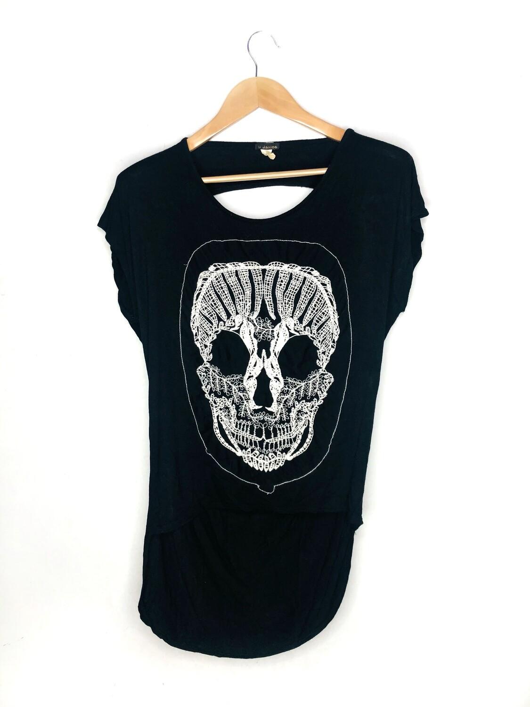 Camiseta calavera bordada