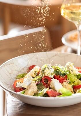 Салат с копченым сыром, овощами и ароматными травами
