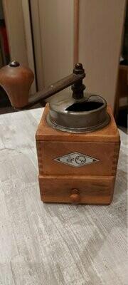 Antieke koffiemolen - traditionele rustieke KTM uitvoering