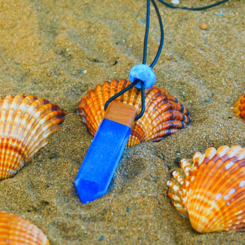 قلادة زرقاء من الريزين و خشب العرعار