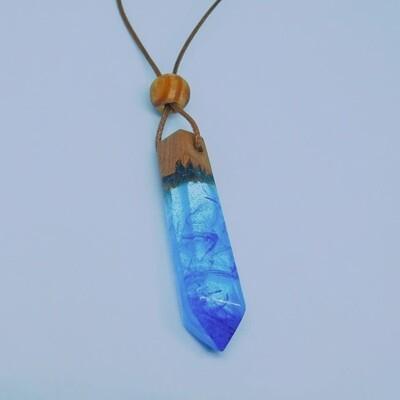 قلادة بنفسجية و زرقاء من الريزين و خشب العرعار