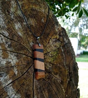 قلادة سوداء من الريزين و خشب العرعار