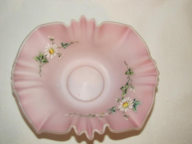 Coupe dentelle émaillée en opaline blanche et rose décor marguerite