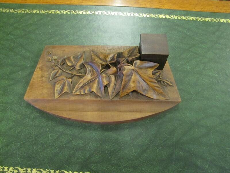 Encrier en bois sculpté signé ROLAND VIGOT