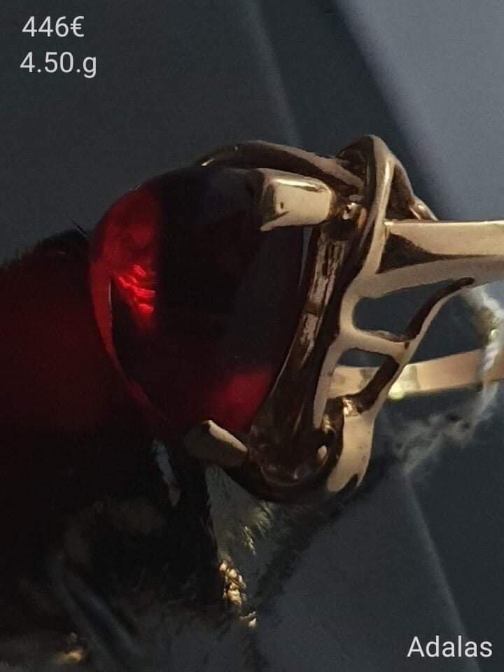 Auksinis žiedas su raudona akute