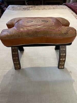 Selle de chameau, Maroc. Coussin cuir, armature Bois. 420fr net 250fr . Nouvel arrivage!!
