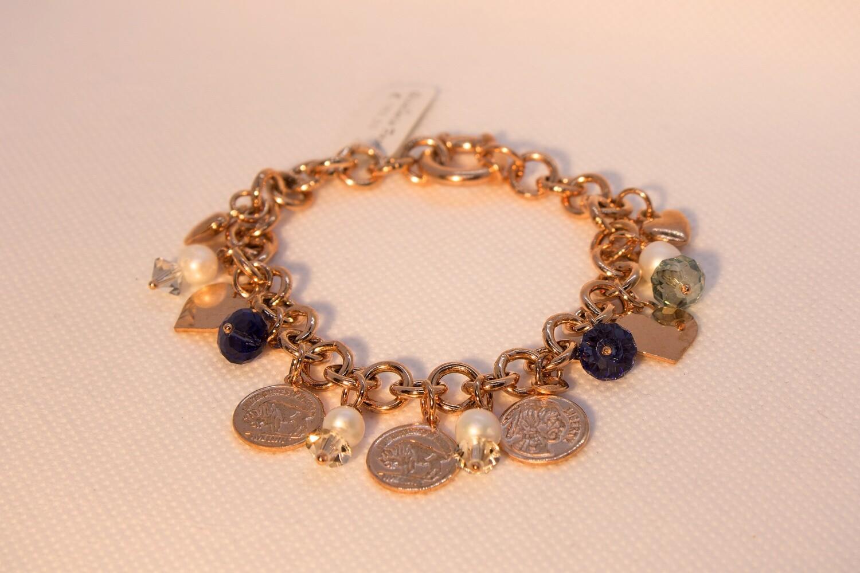 Bracciale in argento rosè con charms, perle e cristalli