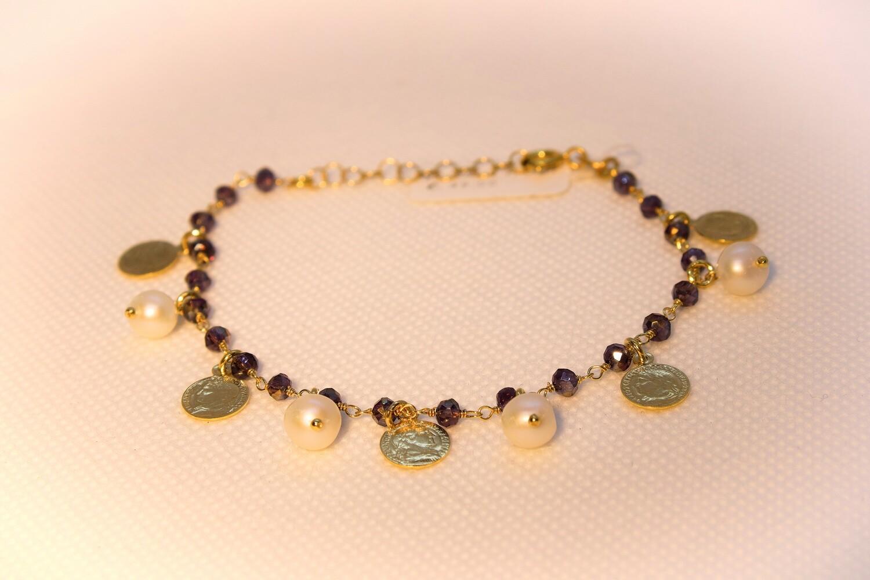 Bracciale in argento dorato con perle, monete e quarzo fumè