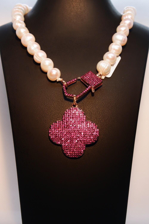 Collana di perle con pendente fucsia