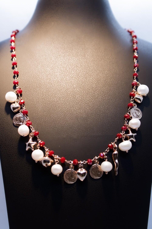 Collana in argento rosè con granati, perle e charms