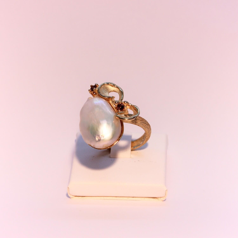 Anello in argento dorato con perla scaramazza e cristalli