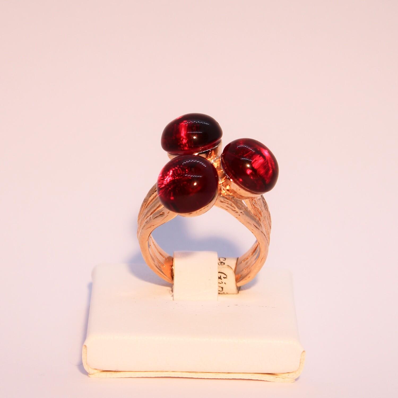 Anello in argento rosè satinato con cristalli granato