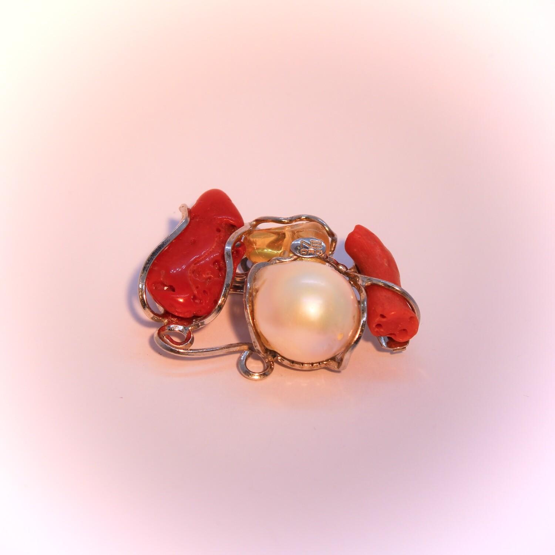 Ciondolo o spilla con perla, coralli e pietra dura