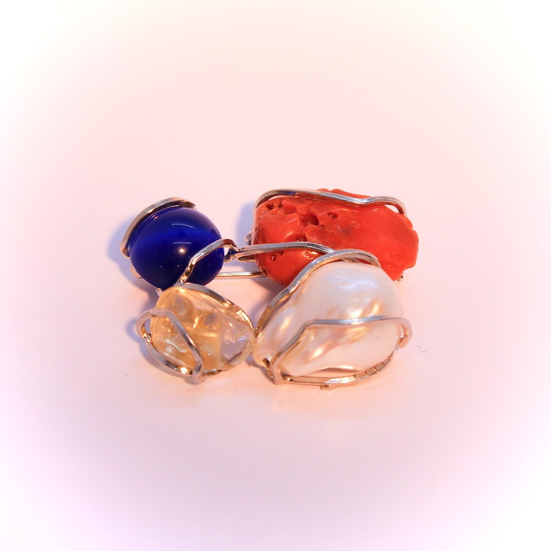 Ciondolo o spilla in argento con perla, corallo e pietre dure
