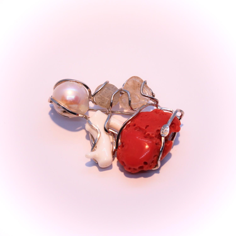Ciondolo o spilla in argento con perla, coralli e pietre dure