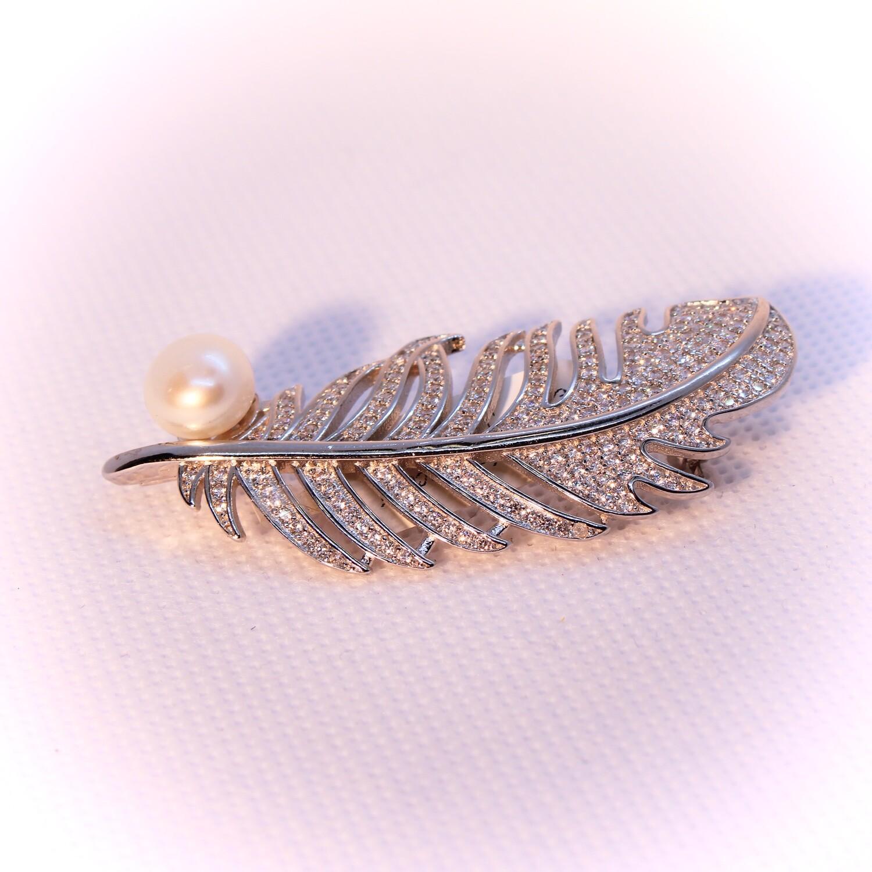 Spilla a piuma in argento con zirconi e perla naturale