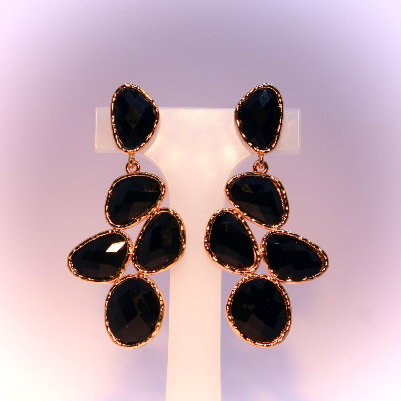 Orecchini dorati con pietre nere