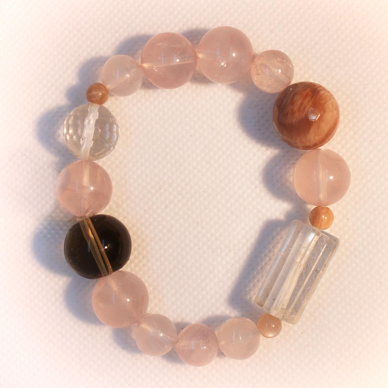 Bracciale rosato con pietre dure e cristallo di rocca