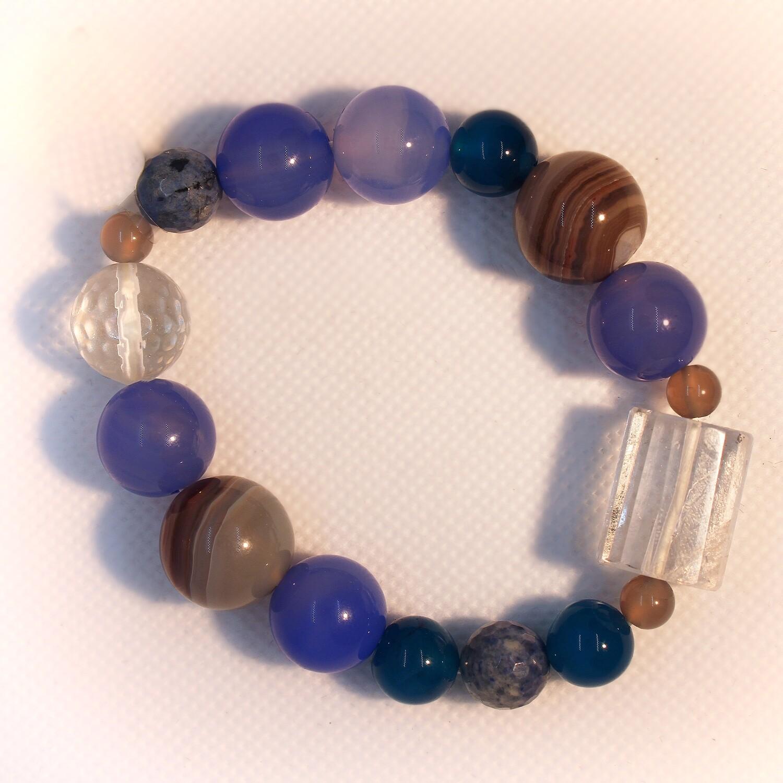 Bracciale con pietre dure blu e cristallo di rocca