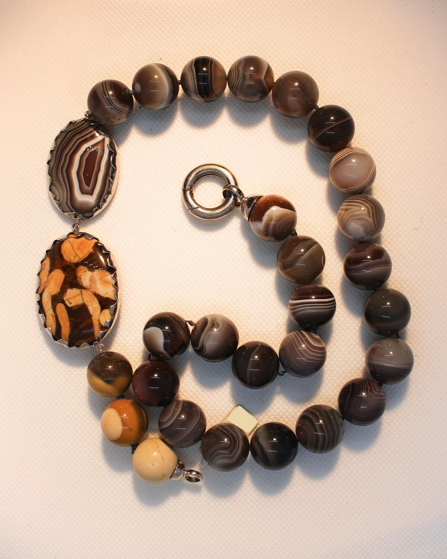 Collana in pietre dure marroni