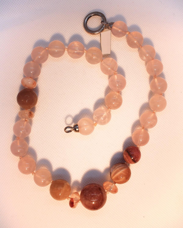 Collana con pietre dure rosate