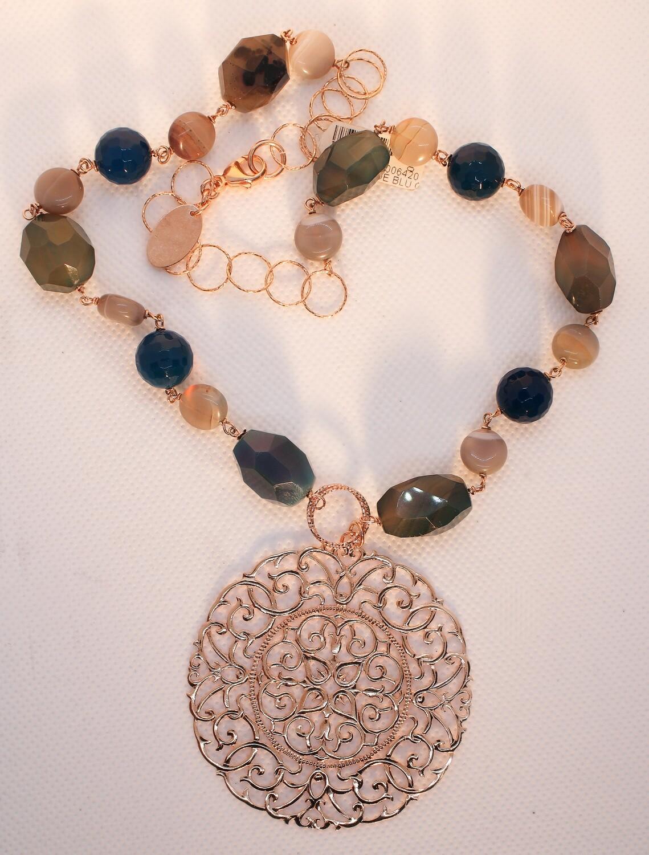 Collana in argento con rosone e pietre dure