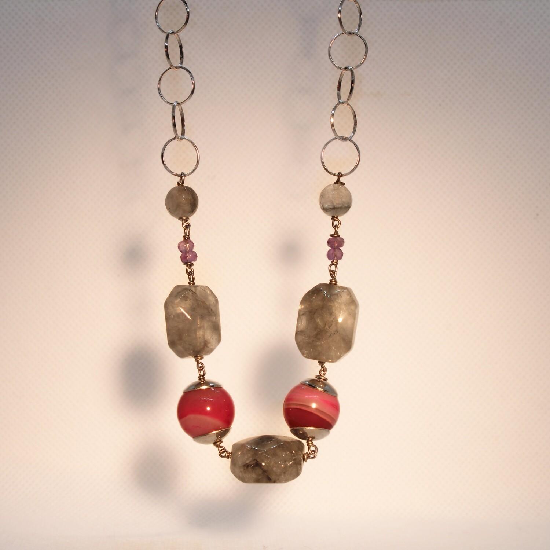 Collana in argento con pietre grigie e rosa