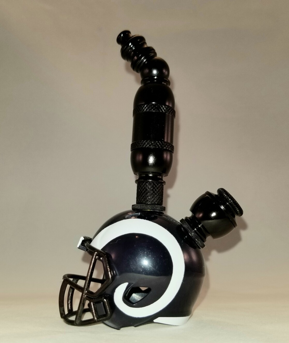 "LOS ANGELES RAMS ""BAD ASS"" NFL FOOTBALL HELMET SMOKING PIPE  Upright/Black Anodized/White"