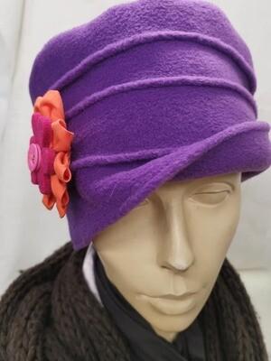 Hut mit Blüte
