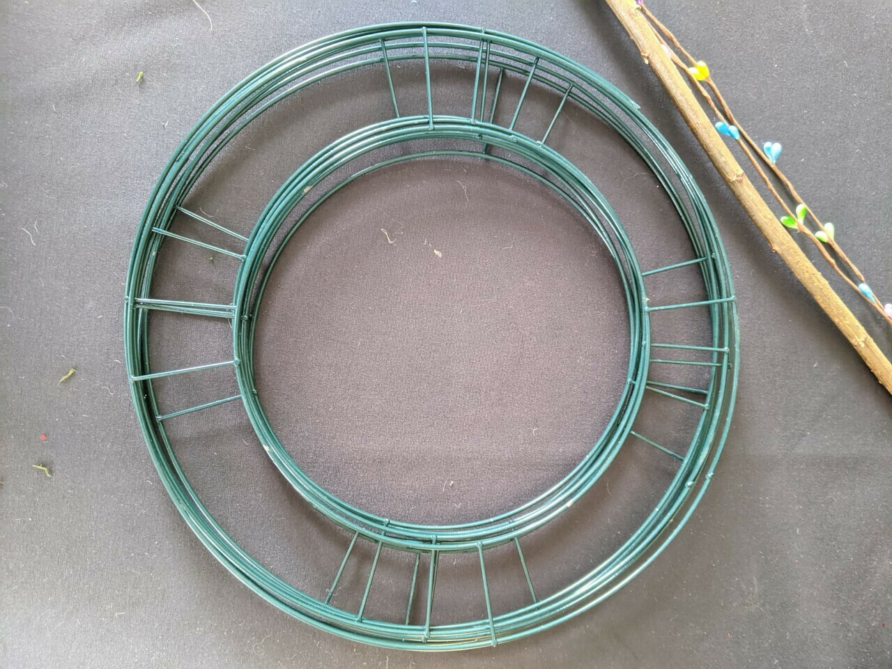 """Flat wire wreath frame base green pack of 10, 8""""-10"""" available prices starting from £2.50"""