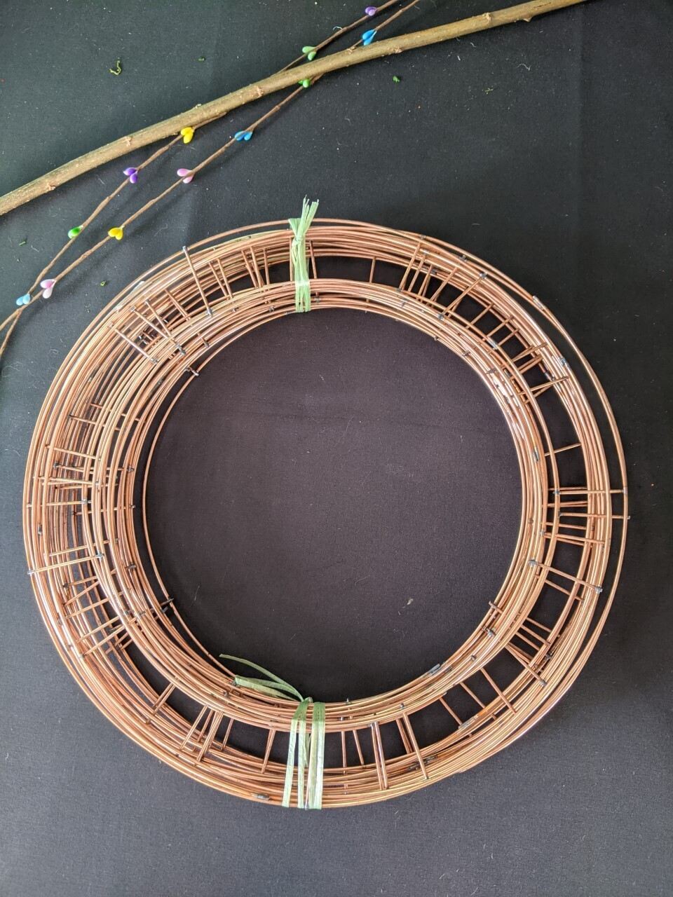 Wreath base trial selection pack including binding wire and post
