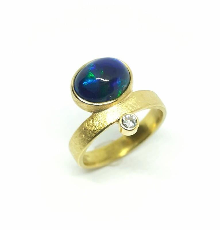 Ring aus 750er Gelbgold 18K Schwarzer Opal und Diamant
