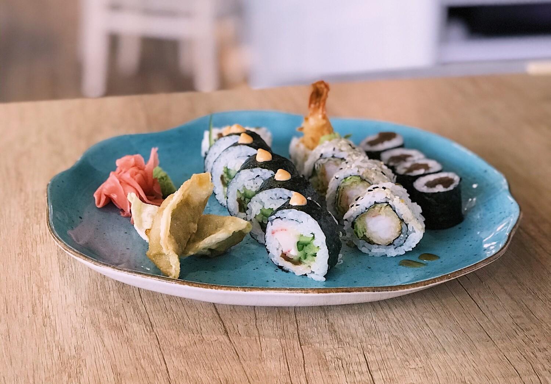 SHINKANSEN 15 szt. sushi + 2 szt. gyoza