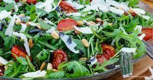 Salade met gegrilde kip, quinoa, ananas en spek
