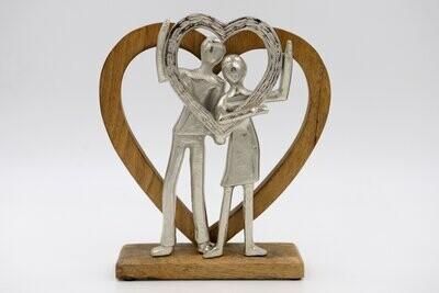 Porelė sidabro spalva  su širdele stovi ant medinio pado medine širdimi H27cmx24cmx6cm
