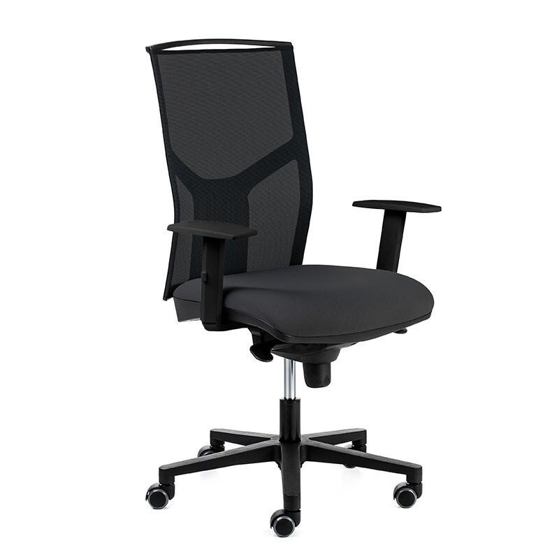 Silla AtikaPro. Mecanismo sincro. Respaldo malla negra y asiento tapizado color negro. Brazos regulables en altura. Ruedas blandas para no rayar el suelo.