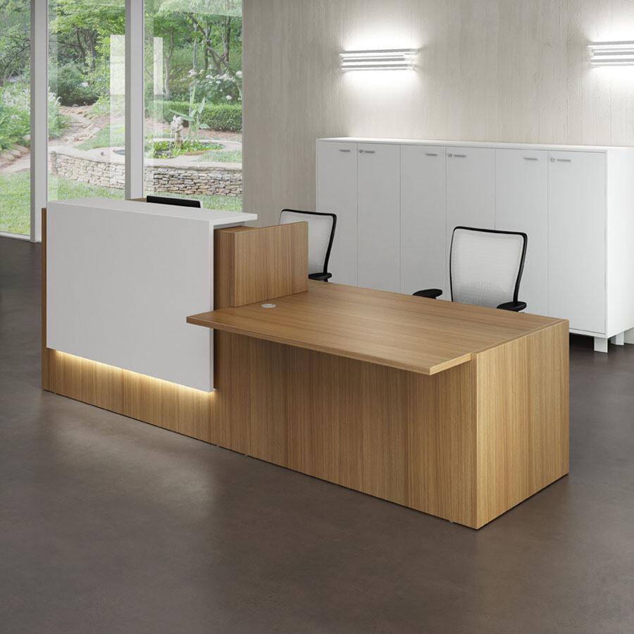 Mostrador Z2 con mesa + módulo bajo izquierdo (medidas 306cm ancho x 113cm altura repisa x 112,5cm fondo). Aplique decorativo de melamina de 140cm ancho. Led opcional en aplique.
