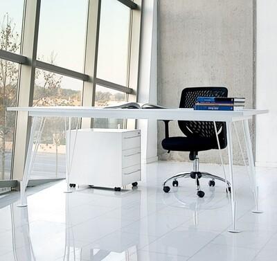 Mesa HEOS de 180x80cm (también largo 160cm y 200cm, y ancho 90cm), sobre color a escoger y patas metálicas color blanco o negro.