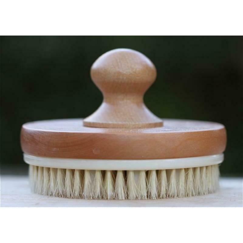 Een houten massageborstel met knop.