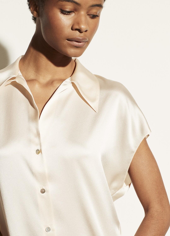 VINCE. Seidenförmige Bluse mit Kragen und Flügelärmeln