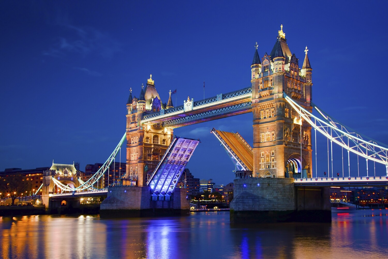 Tower Bridge in London at night 150 x 100 cm