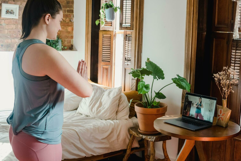 Cours en ligne 1h au choix : Cardio, Renforcement musculaire, Pilates ou Yoga. Un cours privé sans bouger de chez soi!