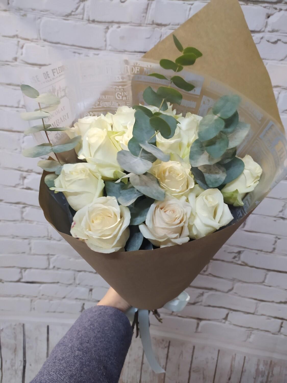 Букет Белые Розы в Крафте