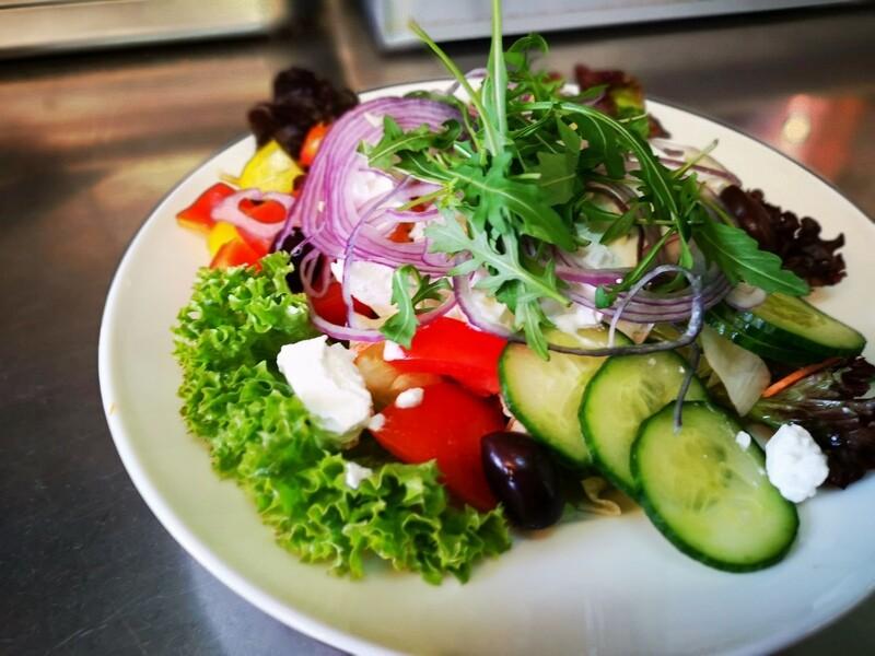 Salatschüssel mit Schafkäse, Oliven und Zwiebel