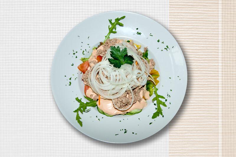 Salatschüssel mit Thunfisch und Zwiebelringen