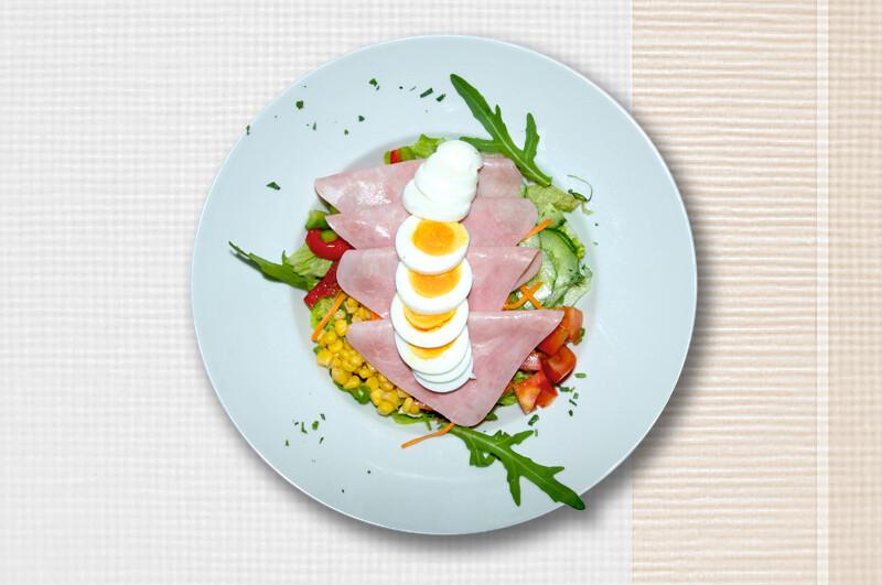 Salatschüssel mit Schinken und Ei